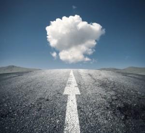 Route, flèche et nuage
